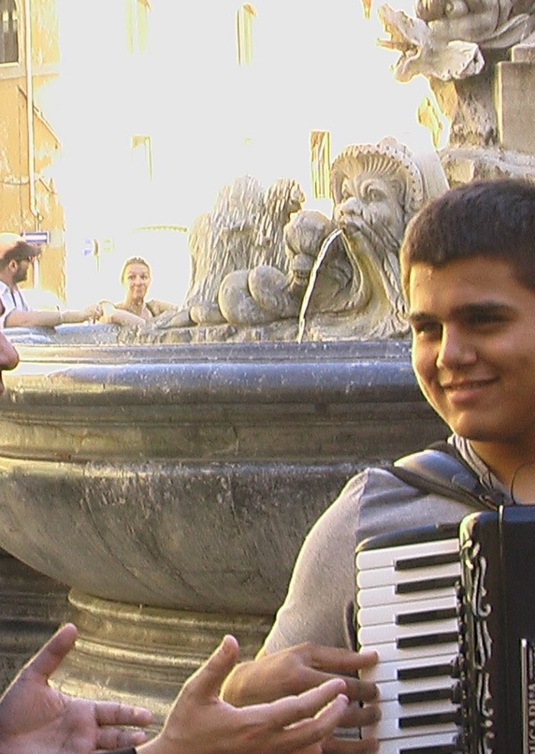 Urbina Joiro canta un vallenato con acordeonista en una calle de Roma (2009)