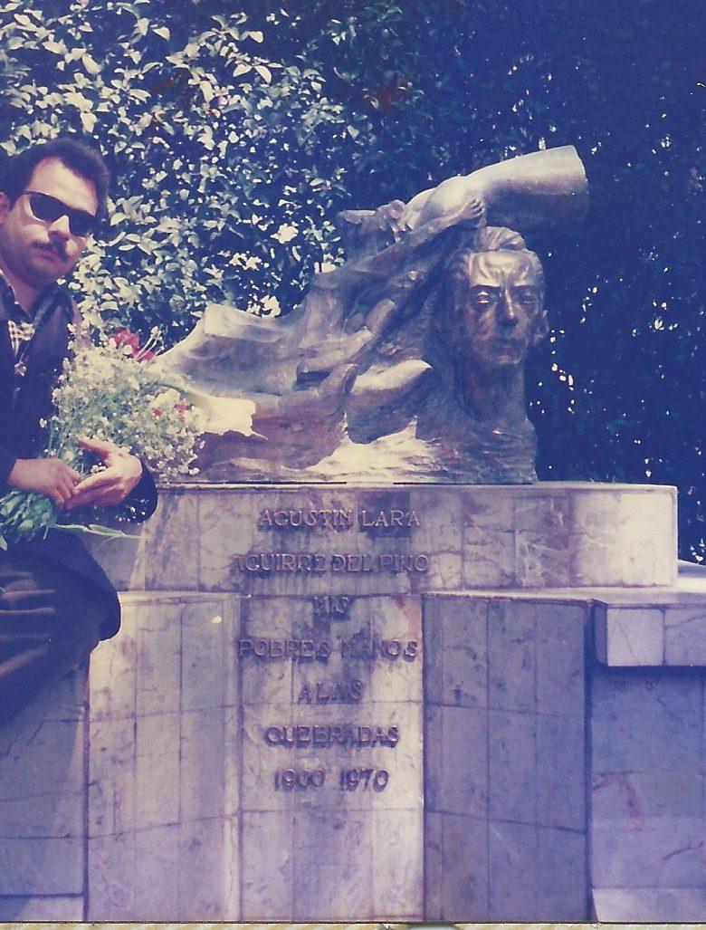 Urbina Joiro lleva flores a la tumba de Agustín Lara, Ciudad de México, 1995